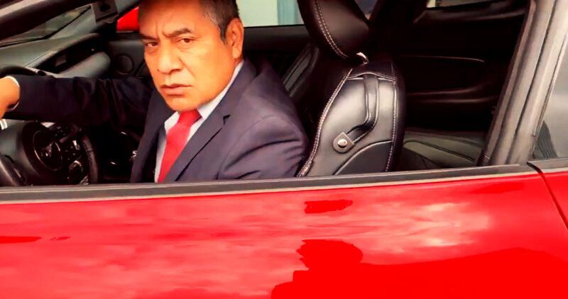Video: Supuesto abogado, en FGR tenía su auto sobre la ciclovía. Un policía le pide que se retire y le mienta la mamá