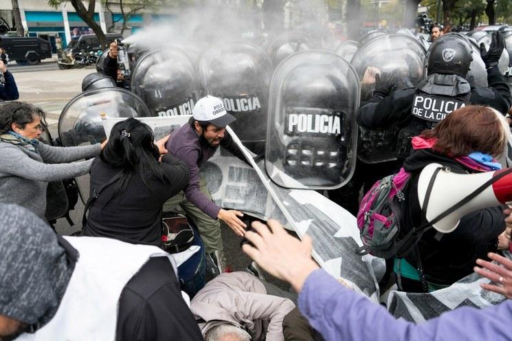 """Rebelión de policías en Argentina alentada por """"sectores extremistas"""" de derecha"""