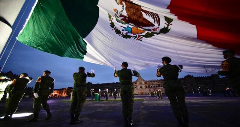 Video: AMLO iza bandera a media asta, en el Zócalo de CdMx, en memoria de víctimas de los sismos de 1985 y 2017. Tembló esta mañana en Chiapas