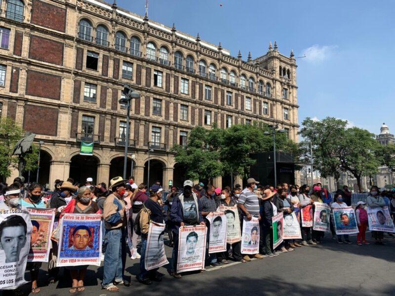 Familiares de los 43 normalistas de Ayotzinapa protestan afuera de SCJN. Piden resolución de casos pendientes y que no libere a detenidos
