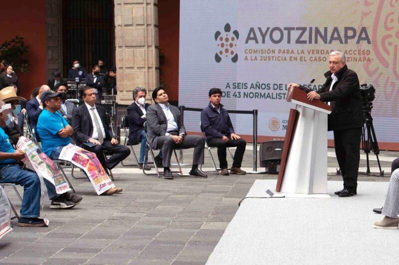 """Familiares de los 43, """"satisfechos"""" tras informe de López Obrador. Romper """"pactos de silencio"""", el reto: GIEI"""