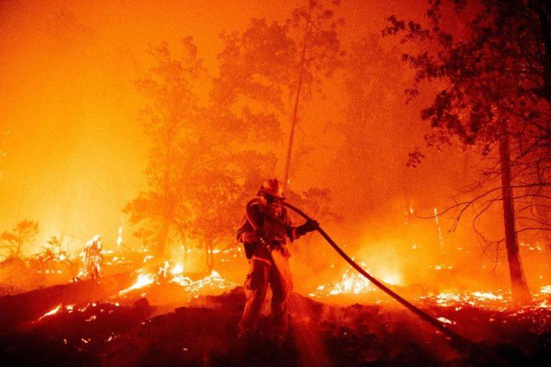 Incendios incontenibles hacen que California se vea desde el espacio como un mar de humo
