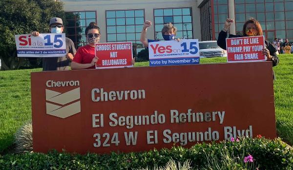 Estudiantes y maestros piden a corporaciones que no sean como Trump y que paguen impuestos de manera justa y no cantidades irrisorias como lo hacen desde hace 42 años
