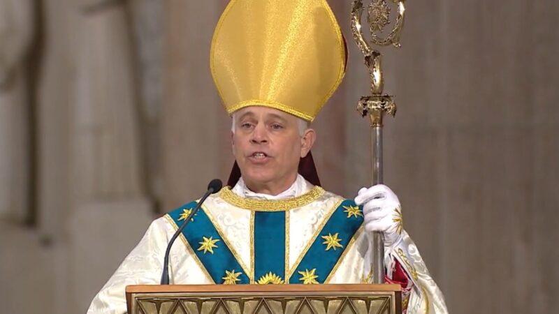 """Arzobispo de San Francisco arremete contra alcaldía por las restricciones en iglesias. """"Se están burlando de Dios"""", dice"""