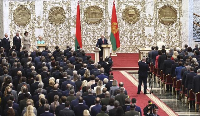 Lukashenko jura en secreto para su sexto mandato en medio de protestas