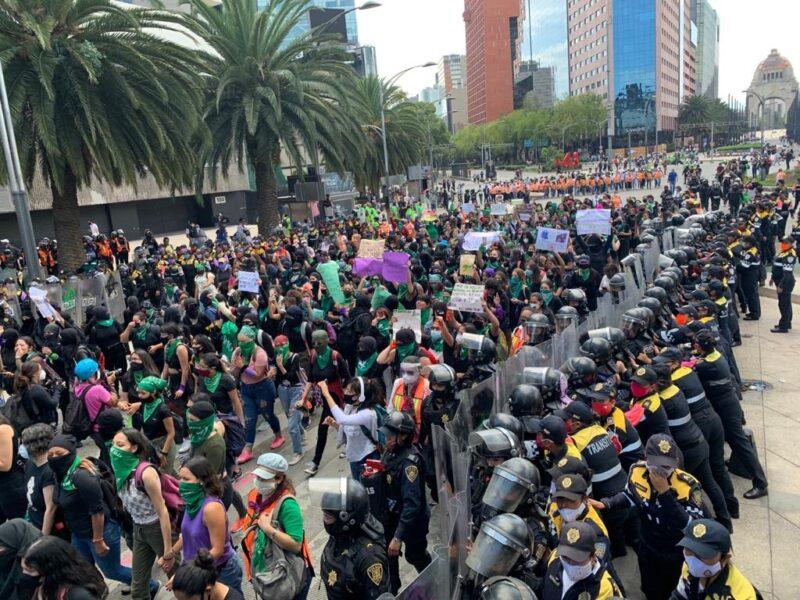 Marcha pro aborto choca con mujeres policías