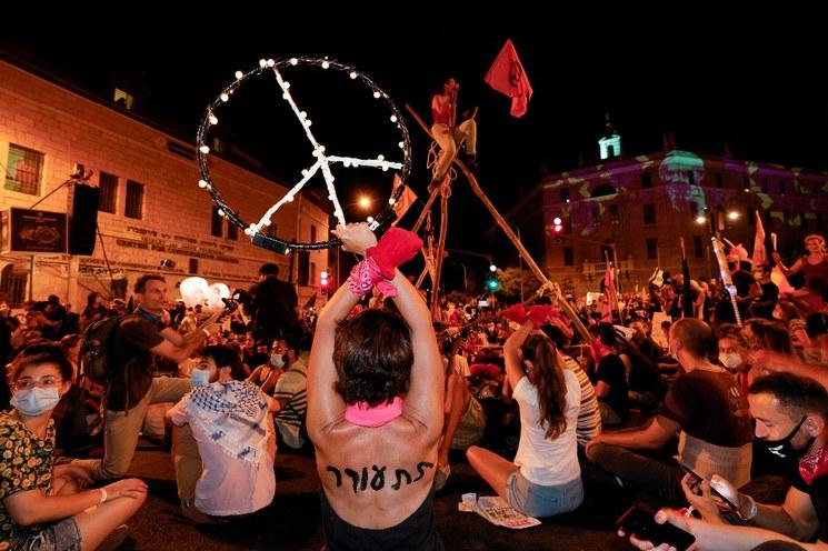 Miles de israelíes exigen la renuncia de Benjamín Netanyahu