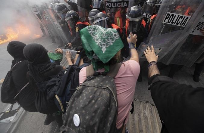 Video: Descarta AMLO actuar contra mujeres que llevaban bombas 'molotov' en marcha