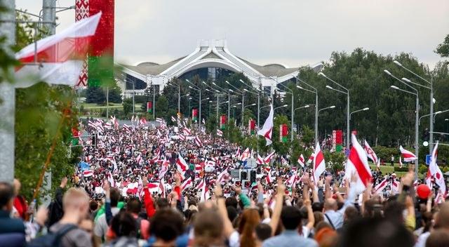 Miles de bielorrusos vuelven a las calles para desafiar la represión de Lukashenko