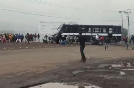 Video: Policía de Michoacán embiste con autobús a normalistas; hubo cuatro atropellados