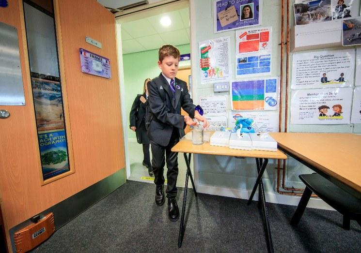 Millones de alumnos retornan a clases en naciones europeas entre cautelas por COVID-19