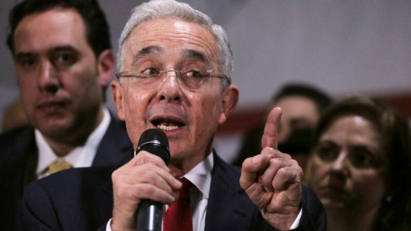 Jueza ordena libertad de expresidente colombiano Álvaro Uribe, continúa investigación