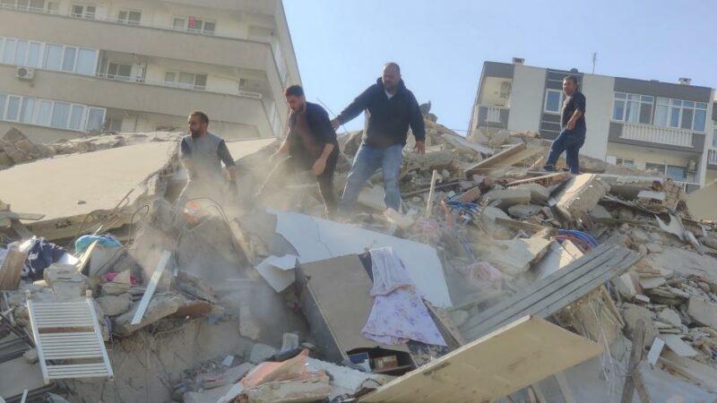 Videos: Al menos 17 muertos y más de 700 heridos por el terremoto de 6,9 en Turquía y Grecia