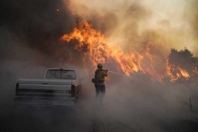 Evacuan a 60 mil personas en California por el incendio 'Silverado Fire', cerca de Los Angeles