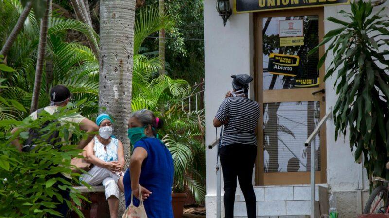 EU prohibe el envío de remesas a militares cubanos