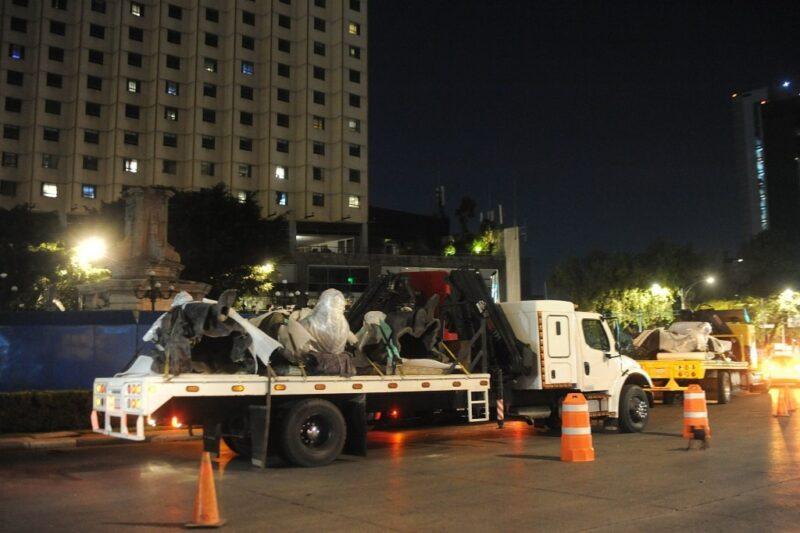 """Retiran estatua de Colón de Reforma para """"restaurarla"""". La querían derribar el próximo lunes"""