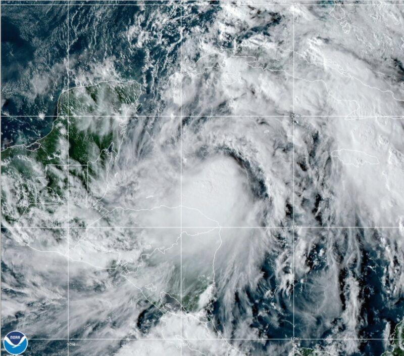 Videos: Alerta en Quintana Roo por la inminente llegada del Zeta, convertido en huracán 1. Suspenden actividades