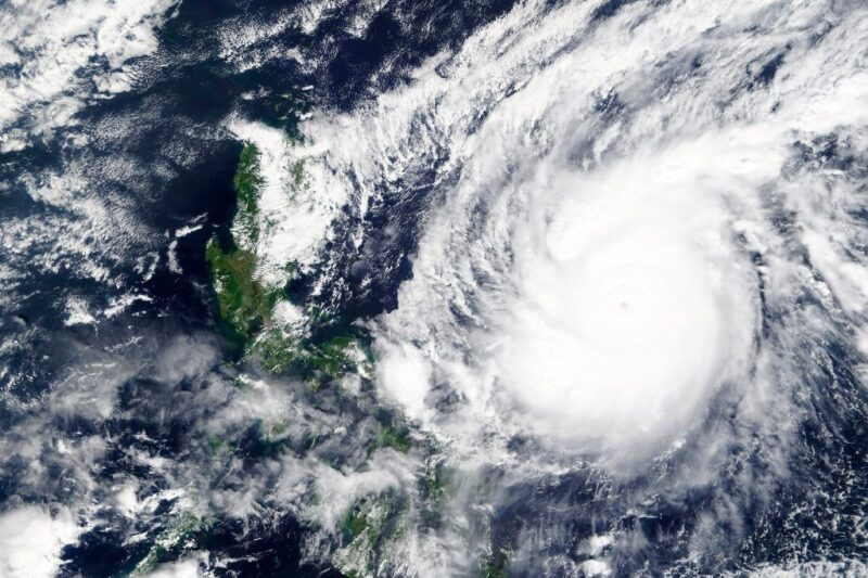"""El supertifón """"Goni"""" azota Filipinas; un millón de evacuados"""