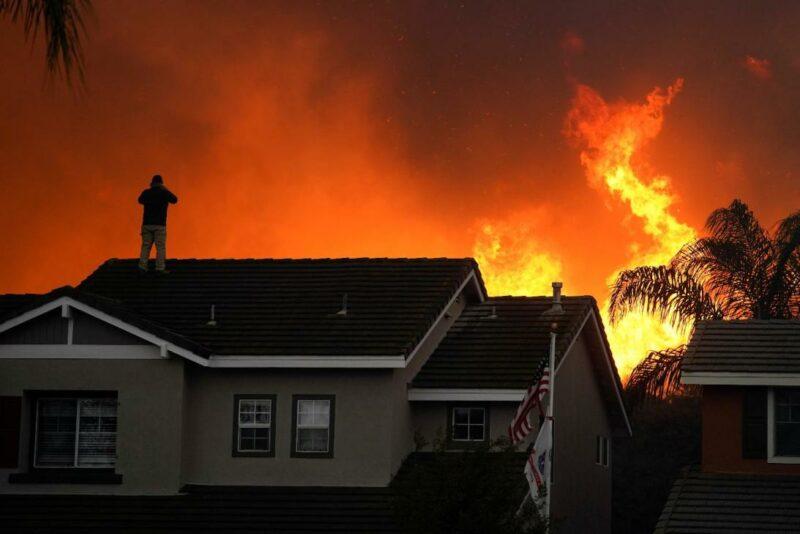 El incendio Blue Ridge ya ha quemado 14 mil acres boscosas y destruye millonarias casas en el sur de California