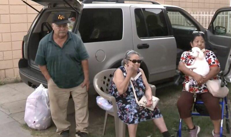 Pareja de ancianos es desalojada de su casa donde vivieron 40 años, por carecer de dinero para seguir pagándola