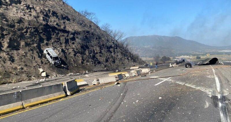 Video: Un tráiler se vuelca y provoca una explosión en autopista Tepic-Guadalajara; hay 12 muertos