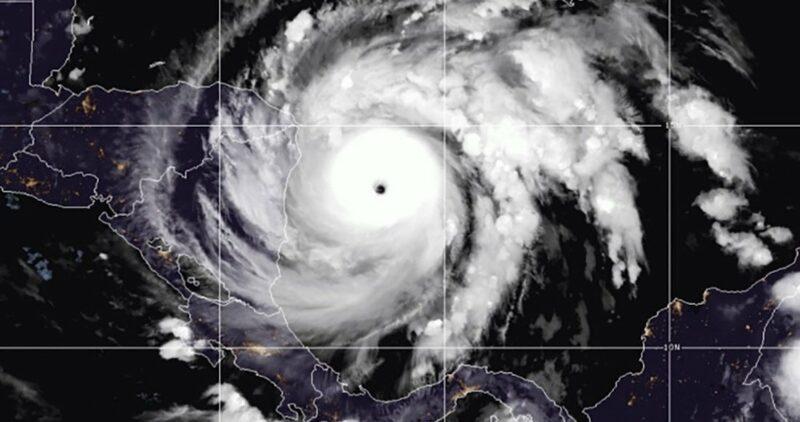 """""""Iota"""" se vuelve un huracán de Categoría 5. Se acerca a Honduras y Nicaragua, y hay alerta máxima"""