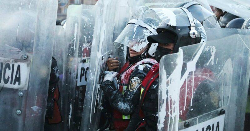 Manifestantes se enfrentan con policías en marcha feminista de CdMx; 43 personas resultan heridas
