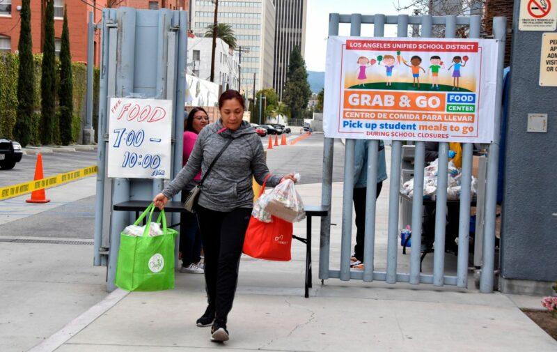 El distrito escolar reparte hoy 1.5 millones de comidas a estudiantes y sus familias de escasos recursos para que dispongan de alimento en el Día de Gracias