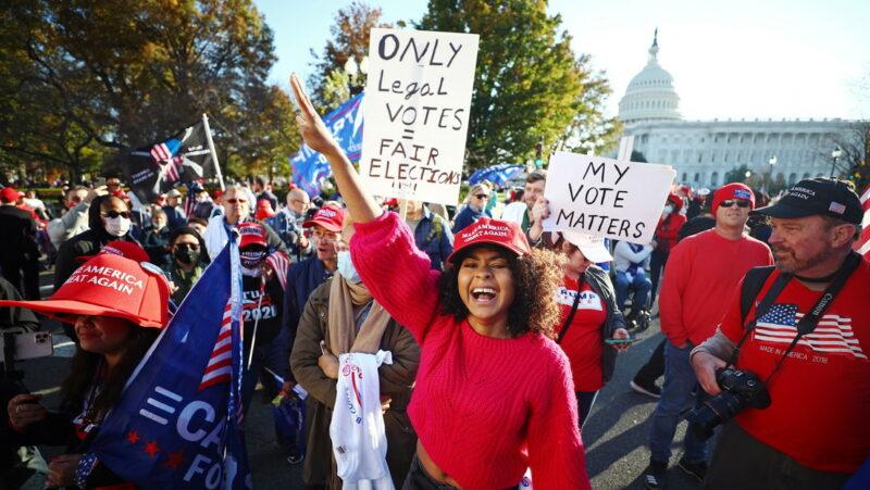 Video: Miles de seguidores de Trump protestan por fraude electoral cuando ya fue terminado el conteo de votos y Biden logró 306 votos electorales, 36 más que los requeridos para el triunfo