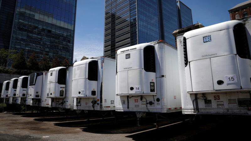 Cientos de muertos por covid-19 desde la primavera permanecen almacenados en camiones en Nueva York