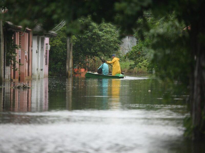Desalojos en Villahermosa al desbordarse el Grijalva. Responsables deben reparar daños: gobernador. CFE niega responsabilidad