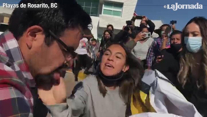 Video: Manifestante abofetea a integrante de la ayudantía de AMLO en Rosarito, BC. Pide quimioterapias