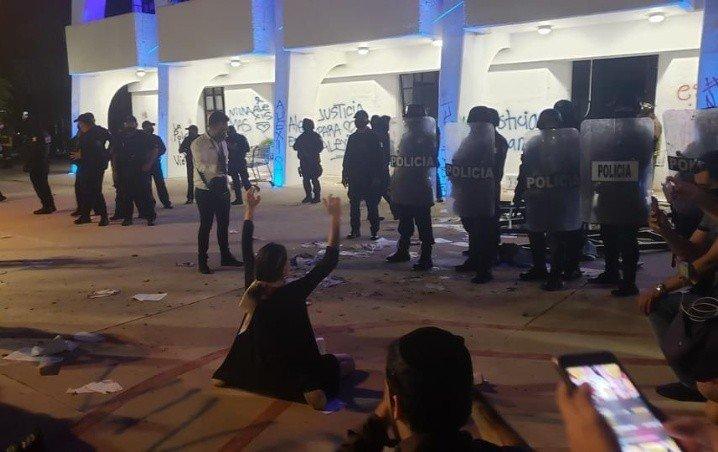 Video: Reprime la policía de Cancún a manifestantes feministas. Gobernación pide investigar hasta sus últimas consecuencias