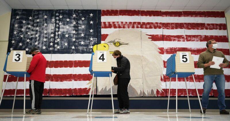 Las urnas inician cierres en EU en una elección inédita. Trump gana Kentucky y Biden en Vermont: NYT