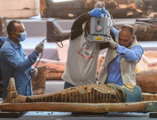 Hallan un centenar de sarcófagos y estatuas que datan de hace más de 2,500 años,en Saqqara, Egipto