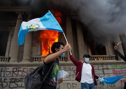 Estalla indignación en Guatemala contra el presidente Giammattei