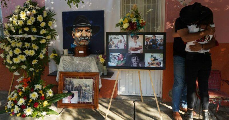 Familiares y amigos reciben las cenizas del doctor José Manuel Mireles para darle el último adiós, en Tepalcatepec, Michoacán