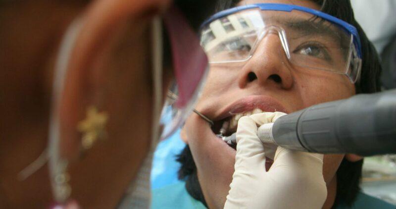NYT reporta otro efecto de COVID: la caída de dientes. Sin dolor, sin sangre. Simplemente se sueltan