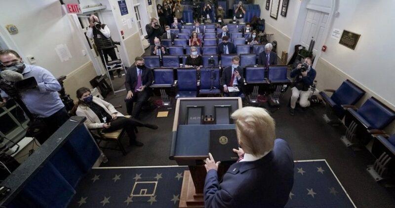 """Video: Trump usa el poder presidencial y acusa """"fraude"""", y topa con muro de medios, redes y autoridades"""