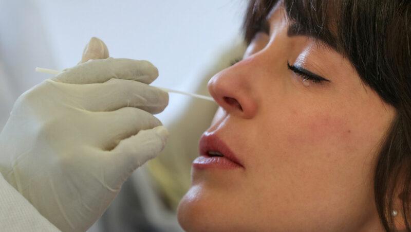Video: Nuevos estudios de la vacuna contra el covid-19 de AstraZeneca sugieren que es segura y muestra un 70 % de efectividad