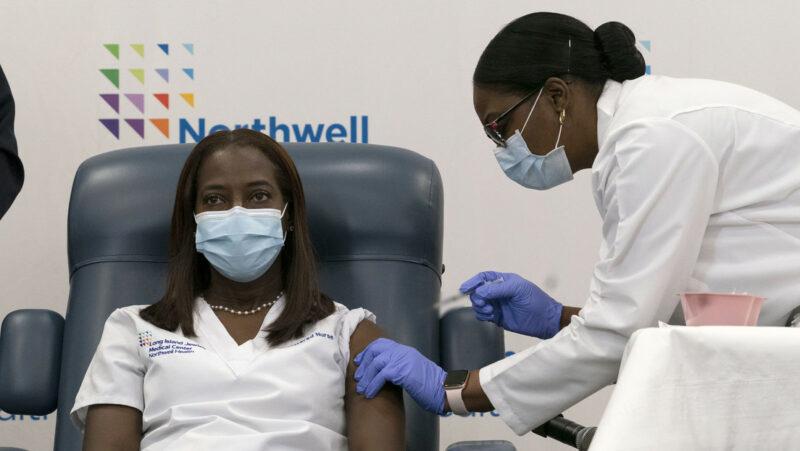 Video: Una enfermera de cuidados intensivos de Nueva York es la primera persona en recibir la vacuna de Pfizer contra el covid-19 en EE.UU.