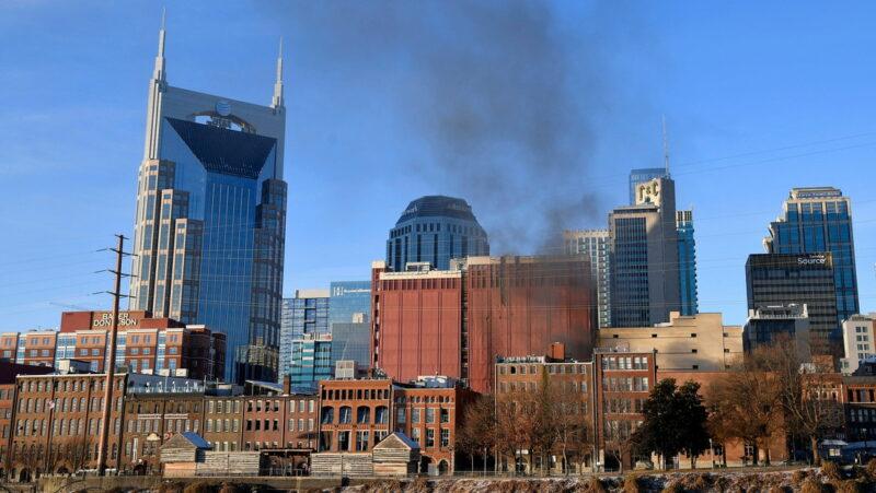 Videos: Explosión intencional de un vehículo afecta edificios en el centro de Nashville