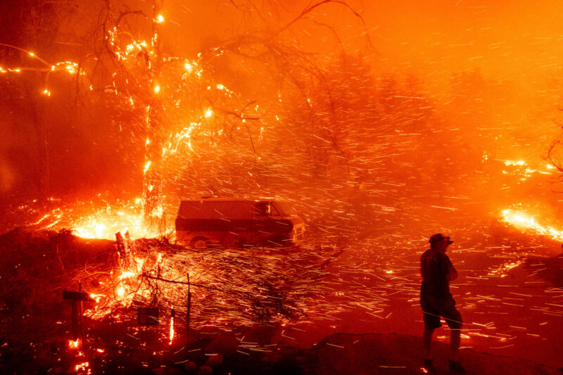 Video: Emiten órden de evacuación a 25,000 personas en el sur de California por incendio Bond, que ha engullido 7,200 acres