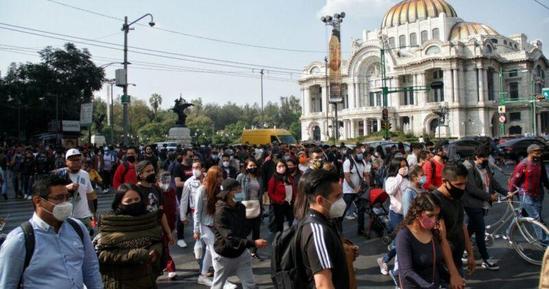 """AMLO pide a los mexicanos, y en especial de la capital del país, no salir de casa o salir """"por lo indispensable"""""""