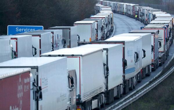 Gran Bretaña teme quedarse sin alimentos. Europa, asustada por la nueva cepa, frena los camiones
