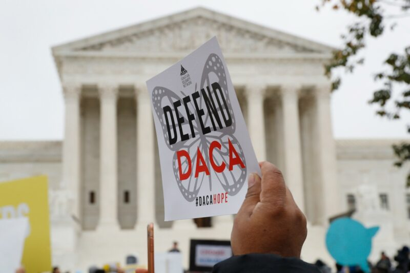 Juez federal ordena a la administración Trump aceptar nuevas solicitudes para DACA y rendir un informe sobre el programa