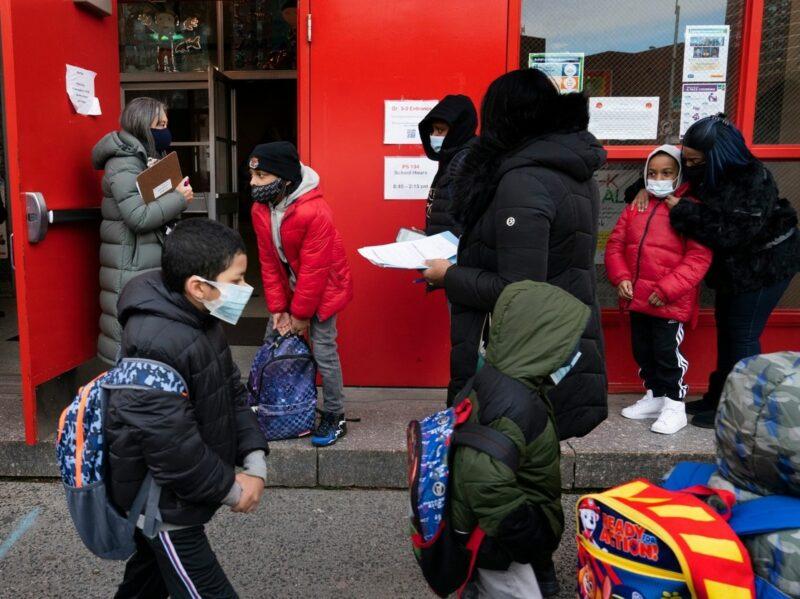 Nueva York vuelve a la actividad educativa: reabre 850 escuelas primarias, aunque advierte que las volverá a cerrar ante cualquier rebrote