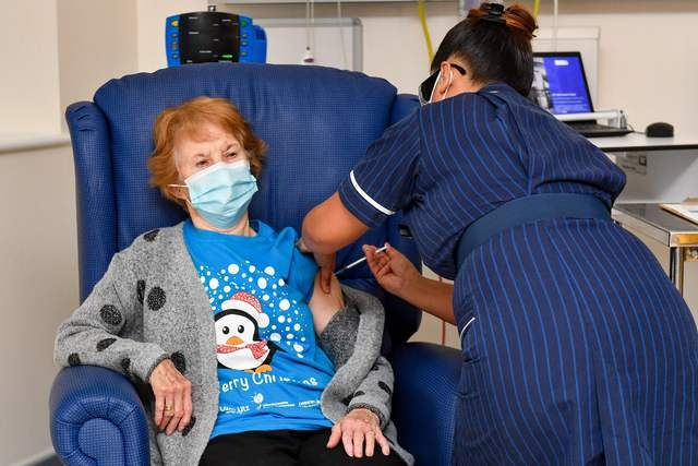 Videos: Nonagenaria británica, primera occidental vacunada contra el Covid