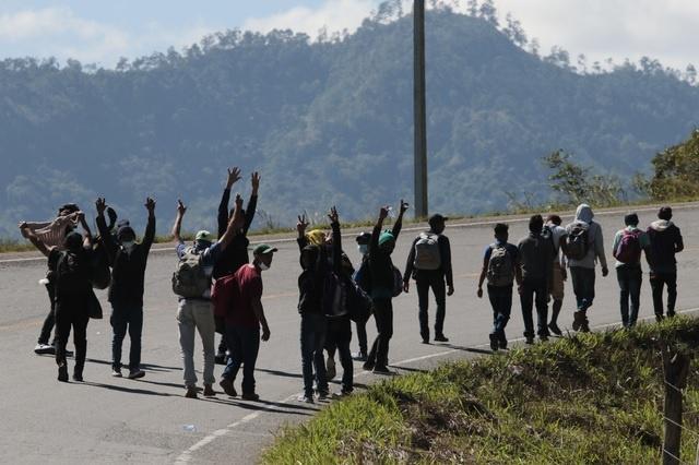 Nueva caravana migrante es mermada antes de salir de Honduras