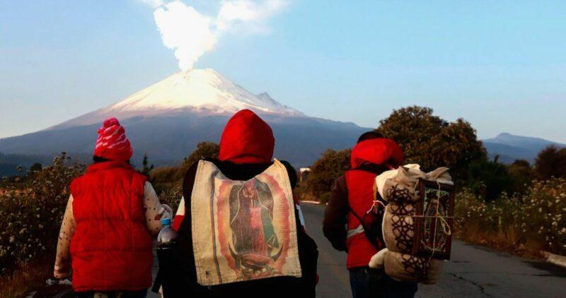 """""""Aunque sea a unos pasos"""", pero vamos a ver a la jefecita, insisten peregrinos de camino a La Villa"""